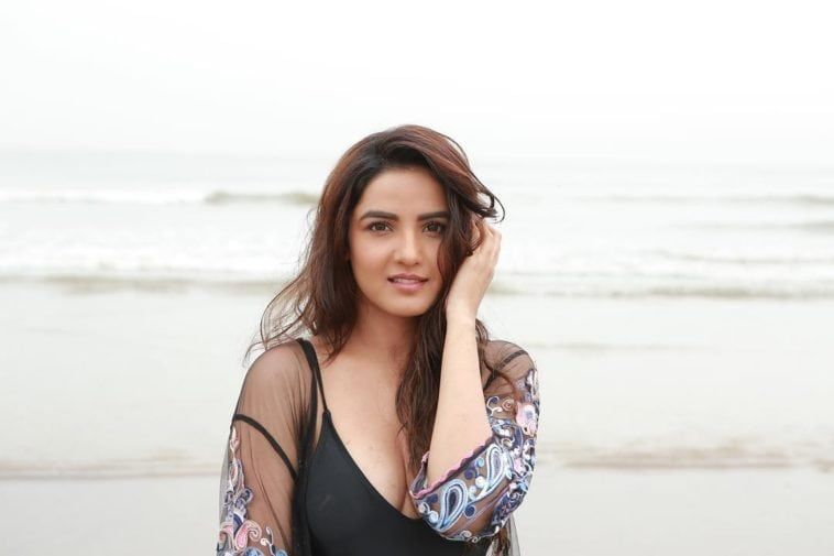 Jasmin bhasin back pose க்கான பட முடிவு