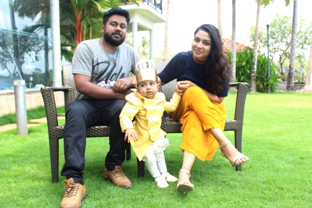 actress satna titus husband with baby க்கான பட முடிவு