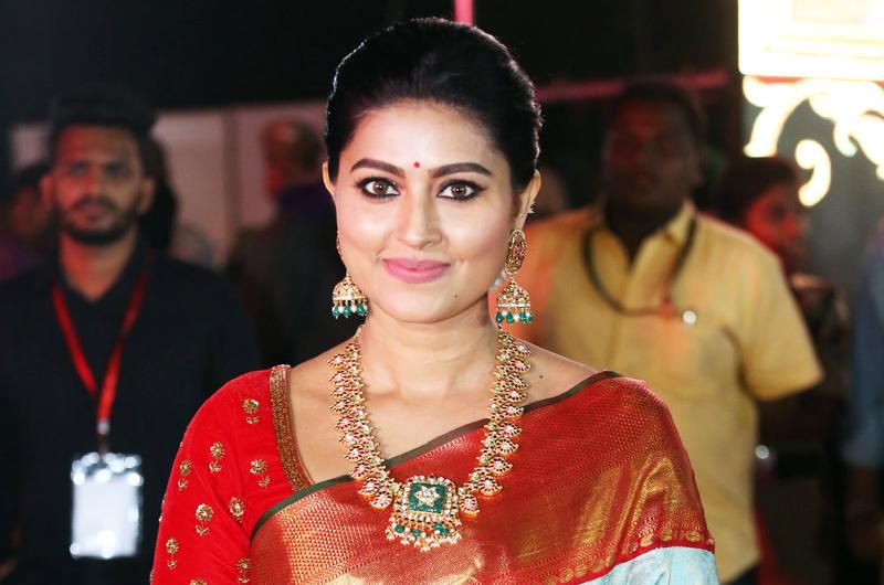 யாரும் எதிர்பாராத புதிய தோற்றத்தில் நடிகை சினேகா! வீடியோ உள்ளே! - TamilSpark