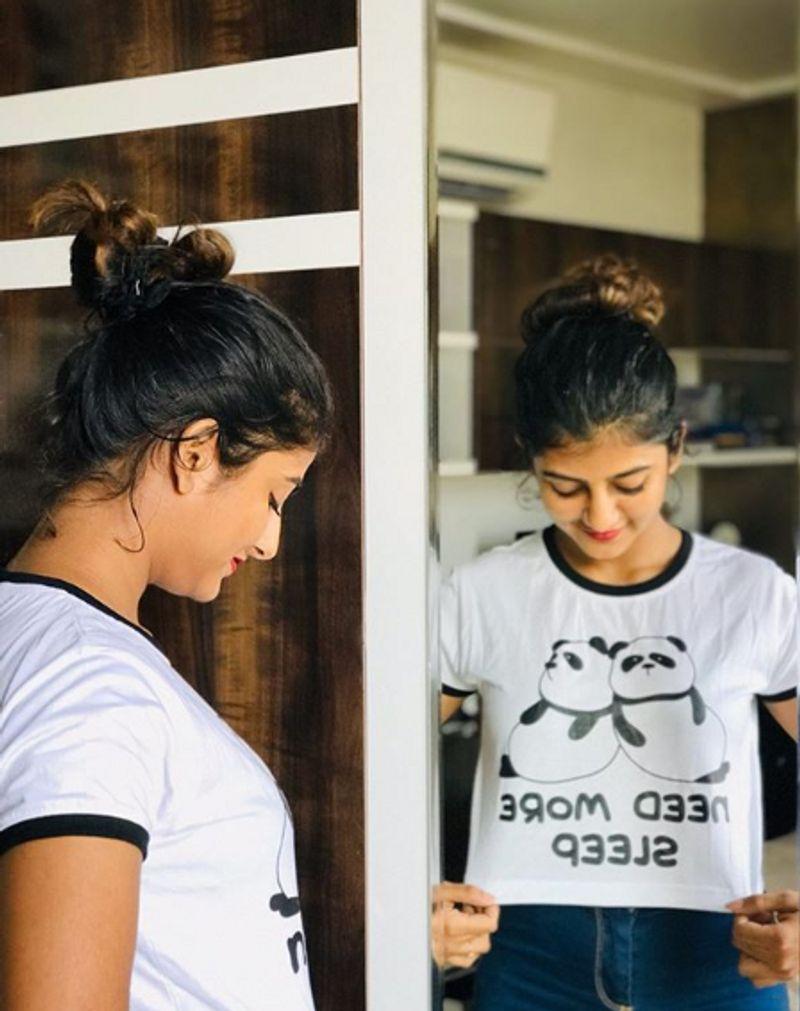கண்ணாடி முன் நின்று டி- ஷர்டை ரசிக்கும் கேப்ரி