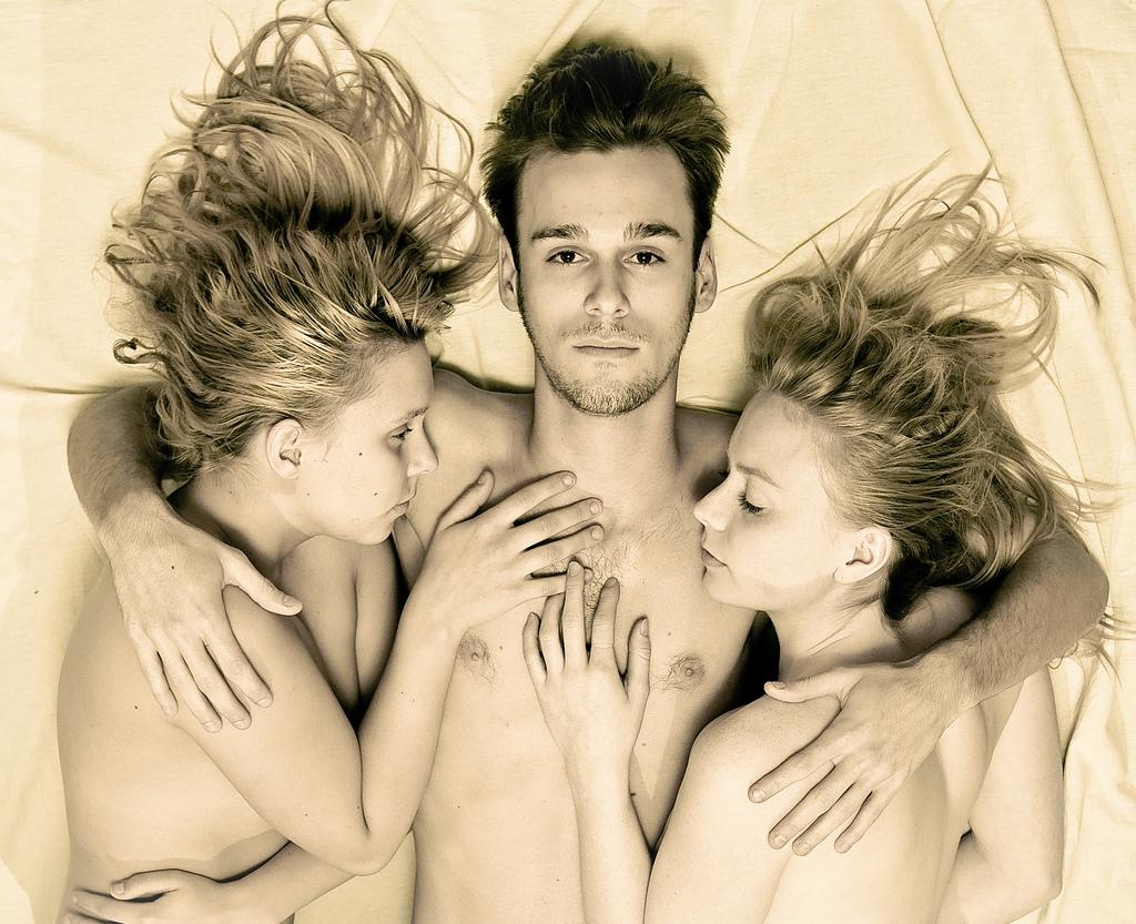 2 girls in bed with boy க்கான பட முடிவு