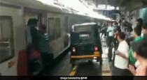 Auto driver drive on platform to help pregnant lady