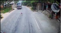Baby Runs onto Road video viral