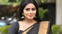 actress-poorna-kiss-and-bite-contestants-cheek