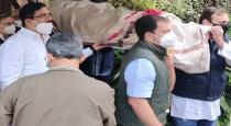 rahul-gandhi-carrying-the-body-of-a-congress-executive