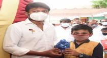 young-boy-give-money-to-udhayanithi