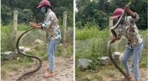 Women catch snake viral video